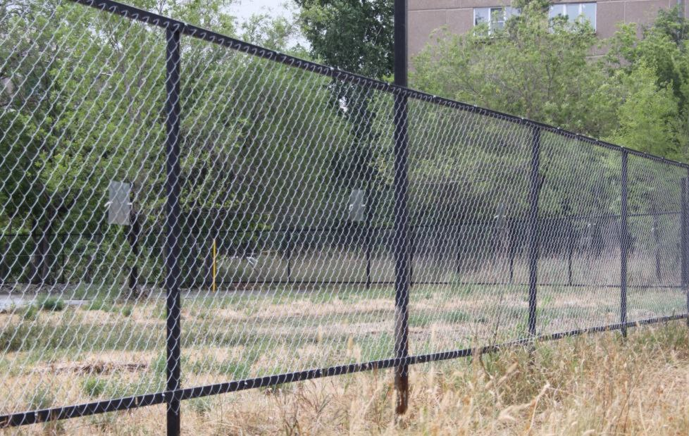 Забор сделанный из сетки рабицы 145